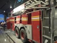 Um dos primeiros caminhões de bombeiros que chegaram ao local.